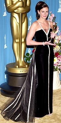 Julia Roberts in vintage Valentino at the 2001 Academy Awards