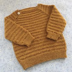 Let og Lun Bluse – af PixenDk Kids Knitting Patterns, Baby Sweater Patterns, Newborn Crochet, Crochet Baby, Knit Crochet, Knitted Baby Cardigan, Toddler Sweater, Baby Boy Knitting, Knitting For Kids