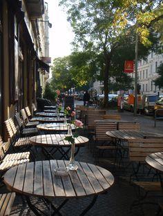 In Kreuzberg findet man überall ein Plätzchen für einen entspannten Kaffee und kann dabei die Fußgänger beobachten >> Kreuzberg