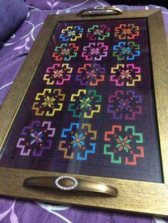 Tepsi kanaviçe Cross Stitch Geometric, Cross Stitch Borders, Cross Stitch Designs, Cross Stitching, Cross Stitch Patterns, Folk Embroidery, Ribbon Embroidery, Embroidery Stitches, Placemat Design