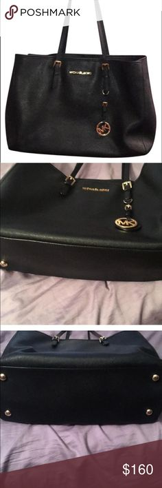 Great Michael Kors Bag This is an amazing light roomy MK bag. In good shape. Perfect on the go everyday bag! You will love this bag! Goes perfectly with any outfit! 💗 Michael Kors Bags Shoulder Bags