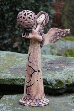 Velký prořezávaný anděl s koulí - Keramická dílna Jana Ceramic Pottery, Ceramic Art, Pottery Angels, Ceramic Workshop, Ceramic Angels, Hand Built Pottery, Angels Among Us, Angel Ornaments, Air Dry Clay