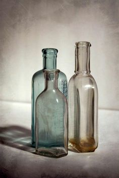 life photography Trendy Flowers Photography Still Life Lights Antique Bottles, Vintage Bottles, Bottles And Jars, Glass Bottles, Vintage Perfume, Antique Glass, Antique Art, Perfume Bottles, Photography Classes