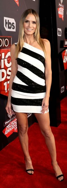 Who made Heidi Klum's white stripe one shoulder dress and black sandals?