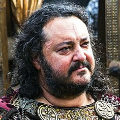 JUST because I don't want to go to bed & because @rolloetgisla has cheered me up by stating in her story that she likes King Aelle, I give you another quite nice #season2 pic of #KingAelle (#IvanKaye): Arriving at #Wessex for #alliance with #KingEcbert. Original HD picture credit: Jonathan Hesssion. Taken from ➡ www.farfarawaysite.com. Good night or day! 😊  #Vikings #Vikingsfamily #Vikingsfans #king #Saxon #Northumbria #facefocus