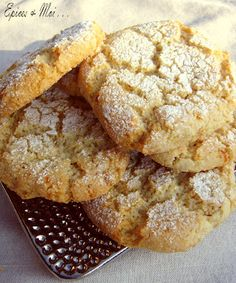 Biscuits moelleux aux amandes { Ricciarelli di Siena } - Gisella P. Biscuit Cookies, Yummy Cookies, Fall Desserts, Cookie Desserts, Soft Almond Cookies, Low Cal, Nutella, Desserts With Biscuits, Low Carb Dessert