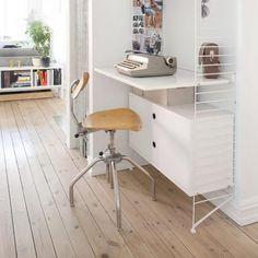 En el rincón más pequeño de tu casa puedes montar un puesto de trabajo o estudio gracias al sistema String. En solo 80 cm caben un escritorio, varias baldas (regulables en altura) y un cabinet de almacenamiento oculto.  Las estanterías String se crearon en los años 60 y siguen siendo las favoritas de los hogares nórdicos. Por eso las encontrarás en los dormitorios y salones con más estilo. #stringsystem #stringshelving #estantería #escritorio #workspace House Rooms, Office Desk, Corner Desk, Furniture, Home Decor, Labor Positions, Work Spaces, Hidden Storage, Homes