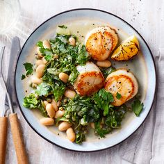 This recipe for seared scallops with white beans and spinach turns out a healthy dinner that looks impressive (and tastes great) in just 25 minutes. Giving lemons a quick sizzle in the skillet amps up the flavor of this piccata-inspired dish. Lemon Recipes, Fish Recipes, Soup Recipes, Mexican Recipes, Egg Recipes, Vegetable Recipes, Italian Recipes, Cake Recipes, Dieta Dash