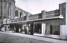 Van der Borg in de Broerstraat was het eerste warenhuis dat na de oorlog zijn deuren weer opende. Ernaast wachten de overblijfselen van de Sint-Dominicuskerk op de slopershamer. Foto uit circa 1950