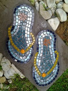 Mosaic art in the garden Source Flip-flops stepping stone Source Mosaic Frog Source Pebble mosaic feather . Mosaic Rocks, Mosaic Stepping Stones, Pebble Mosaic, Mosaic Glass, Glass Art, Stained Glass, Fused Glass, Mosaic Garden Art, Mosaic Art