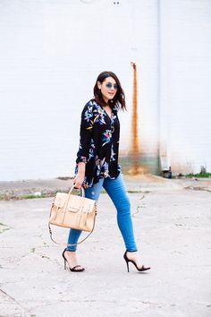 Great floral flowy top with skinny jeans. Love the look of this outfit.