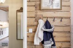 Kaunis hirsiseinä eteisessä Bathroom Hooks, Cottage, Cottages, Cabin, Farmhouse