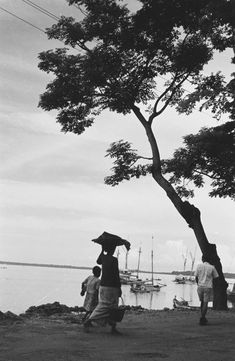 Avondopname. Mensen lopen langs het strand. Vissersboten liggen voor anker. Pare-pare 1947 Makassar, Old Pictures, Landscape, History, Anchor, Antique Photos, Scenery, Historia, Old Photos