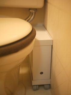 無印のこの板がスキマをどんどん収納に変えてくれると聞いて… マイ定番スタイル   ROOMIE(ルーミー) Washroom, Master Bathroom, Muji Home, White Houses, Bathroom Organization, Ideal Home, Toilet, Storage, Simple
