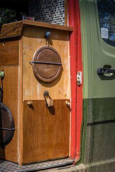 LIFEforFIVE-Wohnmobil-Ausbau-Küchenblock aus Holz mit Brett und klappbarem Tisch.