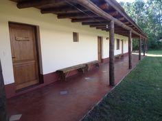 El Huella Ibera ofrece vistas a la pileta, que está abierta durante todo el año, y se encuentra en Colonia Carlos Pellegrini.