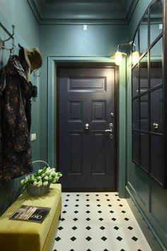 Массивное зеркало на стенах бирюзового цвета и фисташковый диван изумительно уживаются в маленькой прихожей.