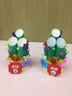 廃材(牛乳パック、トイレットペーパー芯)を使った門松 Paper Flower Vase, Paper Bouquet, New Year's Crafts, Diy And Crafts, Arts And Crafts, Recycled Crafts, Handmade Crafts, Cardboard Crafts, Paper Crafts