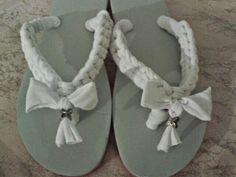 Infeadito bianchi con fiocco, carini per la spiaggia.