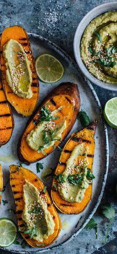 Süßkartoffel schmeckt nicht nur als Pommes sondern auch gegrillt besonders lecker! Dazu servieren wir einen leckeren Avocado-Humus-Dip #süßkartoffel #avocado #humus #grillen #edeka