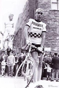 Giro d'Italia 1967. 4^Tappa, 23 maggio. Firenze - Chianciano Terme. Eddy Merckx (1945) alla partenza della tappa in Piazza della Signoria a Firenze