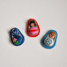 Con anillas de latas recicladas y arcilla polimérica podemos elaborar graciosas figuritas que emplear como broches, colgantes..