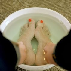 LISTERINE & VINEGAR SOAK FOR SOFTER, SMOOTHER FEET!