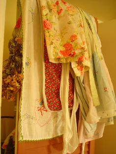 Aspiring Homemaker: Transition to the Simple Life Farm Women, French Boutique, Flea Market Style, Sewing Aprons, Aprons Vintage, Linens And Lace, Sewing Crafts, Sewing Ideas, Vintage Outfits