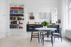 Dining table - Hans Wegner chairs - Svenskt Tenn Stubbe - Elfa bookshelf - Kitchen - Surbrunnsgatan 34 A - ESNY