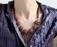Ожерелье из крупных бусин. Коричневое ожерелье. Украшение из крупных бусин. Украшение с оплетенными бусинами. Купить коричневое украшение на шею. Украшение к вечернему платью. Ожерелье с листиками.