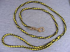 Want to learn how to make a paracord dog leash? Its a fun and easy project. I will take you through 5 easy steps to complete this paracord dog leash. Paracord Braids, Paracord Knots, Paracord Bracelets, Grogs Knots, Paracord Dog Leash, Easy Handmade Gifts, Paracord Projects, Paracord Ideas, Dog Crafts