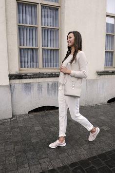 Look minimaliste avec des baskets roses rétro | Clarks Cowley Faye | Brantano
