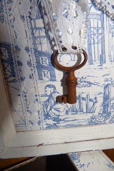 Cuadro decorado con papel Toile de Jouy, llave oxidada y encaje