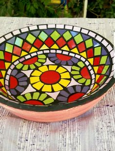 #mosaico #colores #jardín #azulejos #cuenco #bacha #home Mosaic Tray, Mosaic Glass, Mosaic Bottles, Cake Dome, Diy Bird Bath, Mosaic Designs, Plates And Bowls, Christmas Images, Decoupage