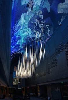La espectacular bóveda del vestíbulo del hotel NH EUROBUILDING en Madrid está realizada con 300 m2 de pantalla de LEDs curva, y un conjunto de tubos verticales de 2 metros de altura, también de LED