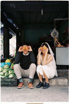 30 minutes borrowed from a neighbor& garden, Viet released a wedding photos like Hong Kong film Couple Photography Poses, Film Photography, Wedding Photography, Pre Wedding Poses, Pre Wedding Photoshoot, Couple Look, Ernst Hemingway, Ideas Para Photoshoot, Couple Travel