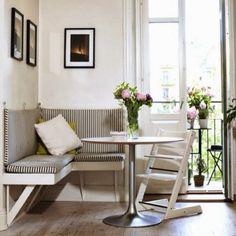 Угловой мини-диван на кухне