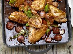 Geschmortes Hähnchen in Rotwein - mit Schalotten, Champignons und Kräutern - smarter - Kalorien: 427 Kcal - Zeit: 40 Min.   eatsmarter.de Hähnchen + Rotwein: nicht das schlechteste Gericht ;-)