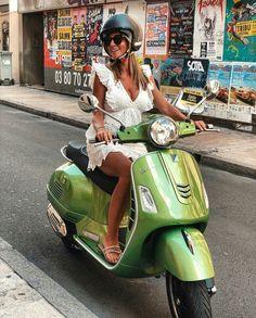Vespa Lx, Piaggio Vespa, Lambretta Scooter, Vespa Girl, Scooter Girl, Vespa Scooters, Motos Vespa, Italian Scooter, Retro Caravan