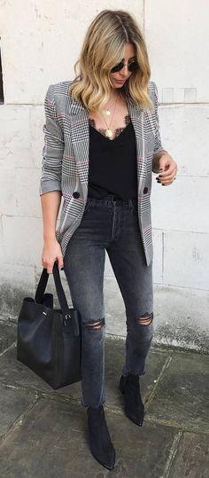 O jeans cinza pode ser muito cool. Blazer cinza xadrez, blusinha preta de alcinha e renda, calça cinza com rasgo no joelho, ankle boot preta