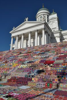 Dressing up the Cathedral steps Wonderful Yarn Bombing in Helsinki! The blankets were all donated to charity afterwards. Knit Art, Wool Art, Crochet Art, Yarn Bombing, Helsinki, Escalier Art, Street Art, Instalation Art, Tunisian Crochet