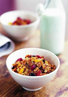 Start every day the right way with this easy to make granola. Serve with milk or yoghurt, and plenty of fresh fruit, for a healthy breakfast. Vegetarian Breakfast Recipes, Brunch Recipes, Healthy Recipes, Breakfast Time, Best Breakfast, Hotel Breakfast, Breakfast Ideas, Fruit And Veg, Fresh Fruit