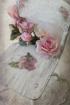 Chaise décole vintage. Shabby Chic blanc roses par 3vintagehearts