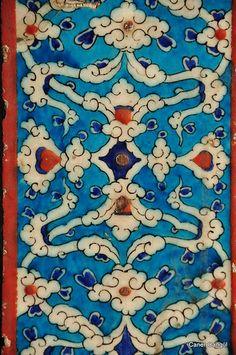 Iznik Tiles, Rustem Pasha Mosque, Istanbul, Turkey,1550'lerde ortaya çıkan, renk paletlerine adını yazdıran, kısa bir süre kullanılıp daha sonraları sırra kadem basan 'mercan kırmızısı' rengi bu dönemde çini sanatında kullanılmıştır.