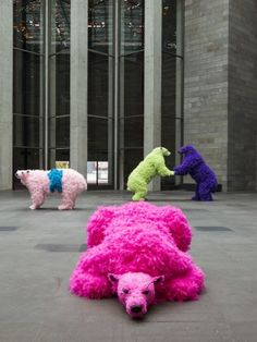 Giant fluorescent polar bears – all sculpted by Italian artist Paola Pivi. Recycled Art Projects, Clay Art Projects, Sculpture Lessons, Sculpture Art, Metal Sculptures, Abstract Sculpture, Bronze Sculpture, Art Deco Bathroom, Found Art