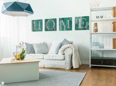 Turkusowy HOME na drewnie - nowoczesny obraz na płótnie - zdjęcie od VAKU-DSGN - Salon - Styl Skandynawski - VAKU-DSGN