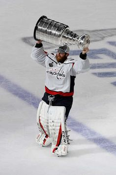 Holtbeast with the Stanley Cup 2018 Caps Hockey, Hockey Logos, Hockey Goalie, Hockey Players, Ice Hockey, Washington Capitals Stanley Cup, Washington Capitals Hockey, Basketball Goals, College Basketball