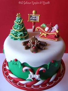 So many cakes to choose from, just pin them all. Christmas cake by evangeline Christmas Cake Designs, Christmas Cake Decorations, Christmas Cupcakes, Christmas Sweets, Holiday Cakes, Christmas Cooking, Christmas Goodies, Xmas Cakes, Father Christmas