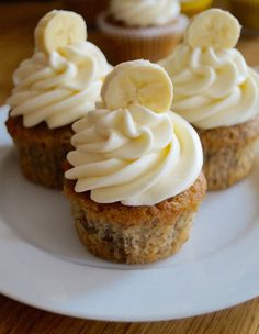Sweet and sticky banana cupcakes with classic tangy cream cheese frosting. A delicious treat topped with banana slices and milk chocolate chips! Cream Cheese Muffins, Cupcakes With Cream Cheese Frosting, Cupcake Recipes, Cupcake Cakes, Dessert Recipes, Gourmet Cupcakes, Bundt Cakes, Yummy Treats, Sweet Treats