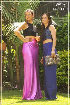 Mechi: falda Karen en fucsia y top Nantes en encaje con lentejuelas negro / Sofi: pantalón Lyon en azul noche y top Alessia en paillettes azul